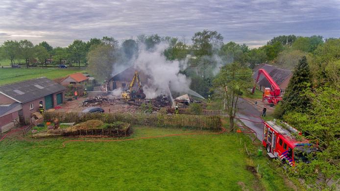 De woonboerderij in Heukelom werd compleet verwoest door de brand.