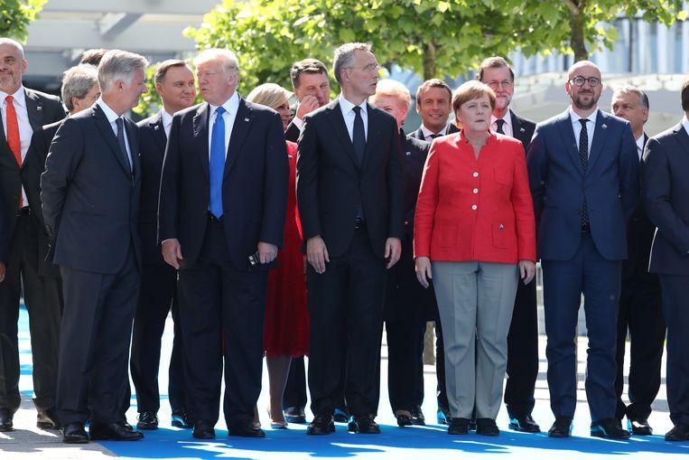 Trump samen koning Filip, NAVO-secretaris-generaal Jens Stoltenberg, Duitse Bondskanselier Angela Merkel en de Belgische premier Michel op de foto bij de opening van het nieuwe hoofdkwartier van de NAVO in Brussel vorig jaar in mei.