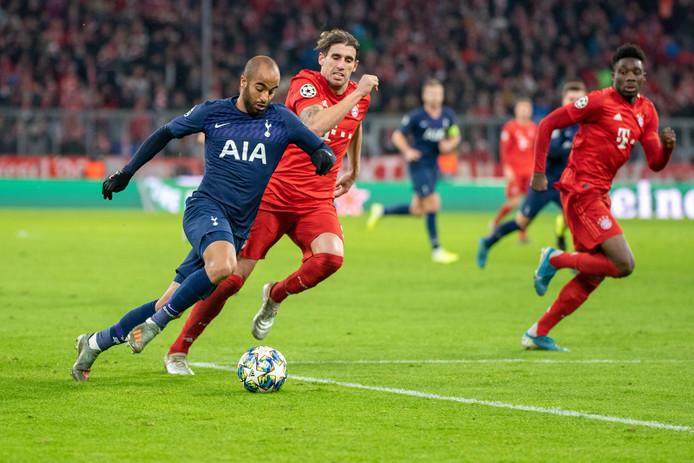 Lucas Moura van Tottenham Hotspur in duel met Javier Martinez van Bayern München.