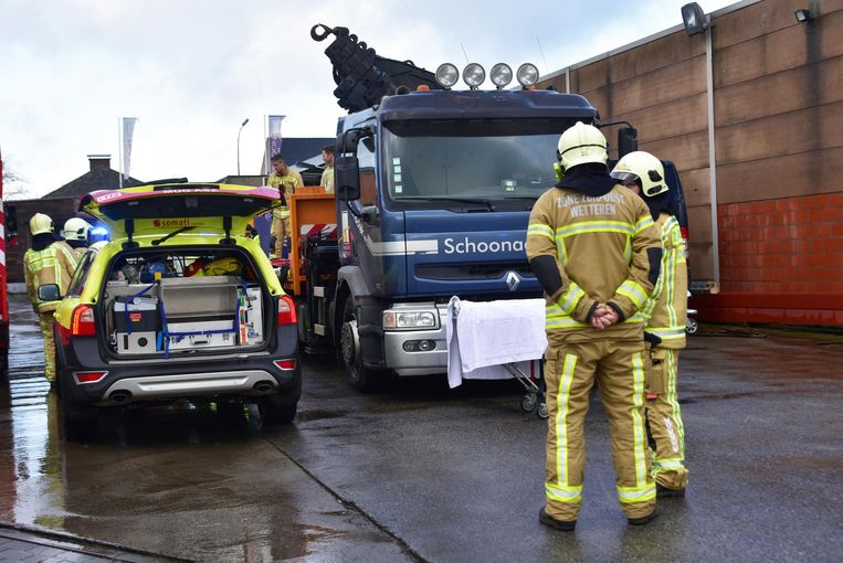 Een 45-jarige man uit Zwevegem raakte gisteren met zijn arm gekneld tussen de kabels van een lier bij Schoonacker nv in Wetteren.