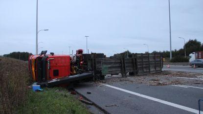 Ochtendspits in de war door gekantelde vrachtwagen