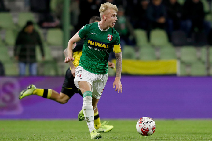 Jari Schuurman in actie voor FC Dordrecht.