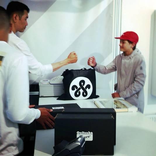 Sneakerkoning Woei geeft Niels een boks na de aankoop van zijn gloednieuwe schoeisel.