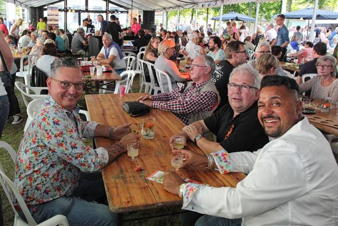 Hapjes, drankjes, muziek en vooral een gezellige en ontspannen sfeer tijdens het jaarlijkse evenementenweekend van de Oranjevereniging in Wouw. foto chris van klinken/pix4profs