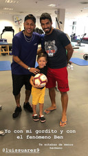 Neymar met Luis Suarez en zijn zoontje Benjamin.