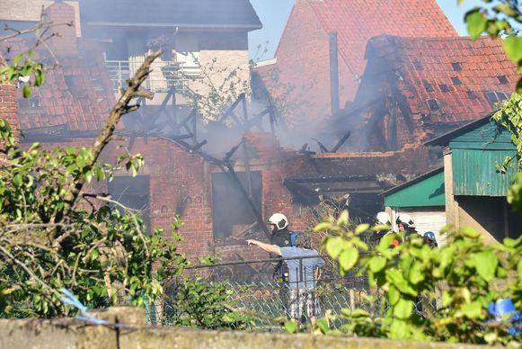 De achterbouw van de woning langs de Sint-Katharinastraat in Sente raakte volledig uitgebrand. De man in het blauwe t-shirt is de zoon van de vrouw, Jos Muylle. Hij kwam ter plaatse.