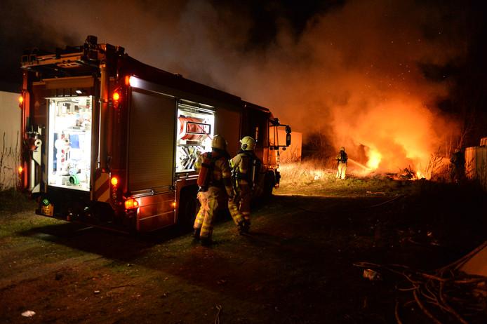 Een felle brand legde een caravan in Apeldoorn in de as.