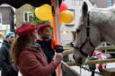 Jimy (3) aait Ozosnel, het paard van Sinterklaas