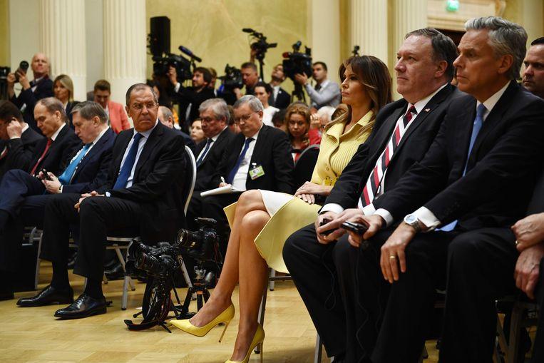 De Russische minister van Buitenlandse Zaken Sergei Lavrov (derde van links), First Lady Melania Trump (derde van rechts) en de Amerikaanse minister van Buitenlandse Zaken Mike Pompeo maandag tijdens de persconferentie van Trump en Poetin. Beeld null
