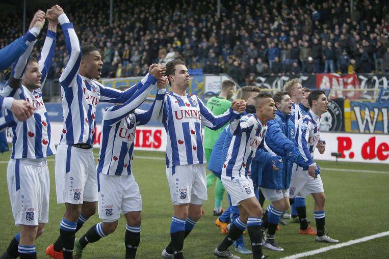 Heerenveen-spelers vieren de overwinning op Cambuur met de meegereisde supporters. Beeld anp
