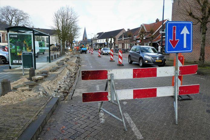 De bushalte staat in de weg voor de bouwhekken en bouwverkeer voor de Raadskamer. Ze wordt verplaatst.