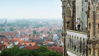 """VIDEO: Freerunner toont Brugge vanuit de lucht:""""Het spannendste? Op Belfort lopen"""""""