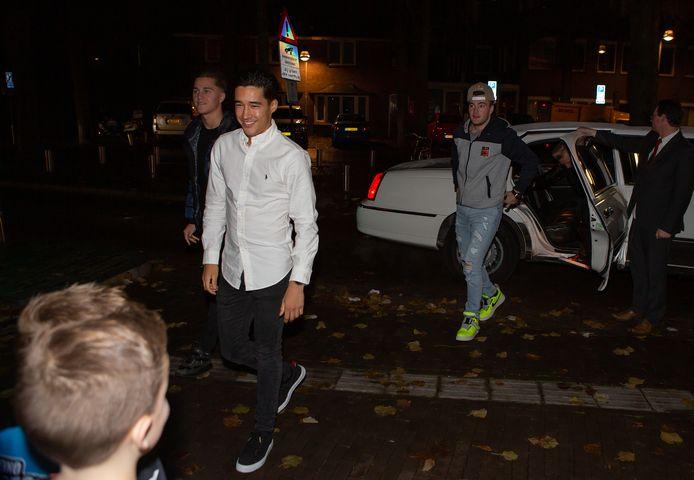 De hoofdrolspelers arriveren per limousine bij Theater Markant. Vlnr Roan van de Moosdijk, Glenn Coldenhoff en Jeffrey Herlings en (nog in de auto) Calvin Vlaanderen.