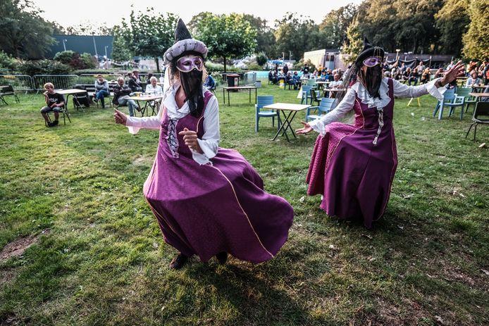 Anderhalve-meter-dames op het minifestival ter gelegenheid van het 50-jarig bestaan van het Hessenbad. Foto : Jan Ruland van den Brink
