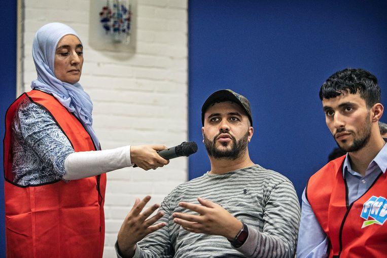 Inwoners, veelal van Marokkaanse komaf, van de wijk Hillesluis luisteren aandachtig naar woorvoerder FNV op een voorlichtingsavond over overheidsprogramma Systeem Risico Indicatie ( SyRi ). Het publiek kon vragen stellen en deed dat ook. Beeld null