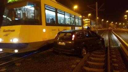 Auto rijdt zich vast op tramsporen