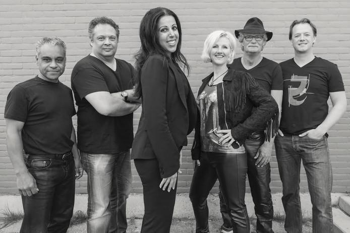 MeZZaround is de zeskoppige band die op de vierde Emmeloorder Vrijdag een optreden geeft.