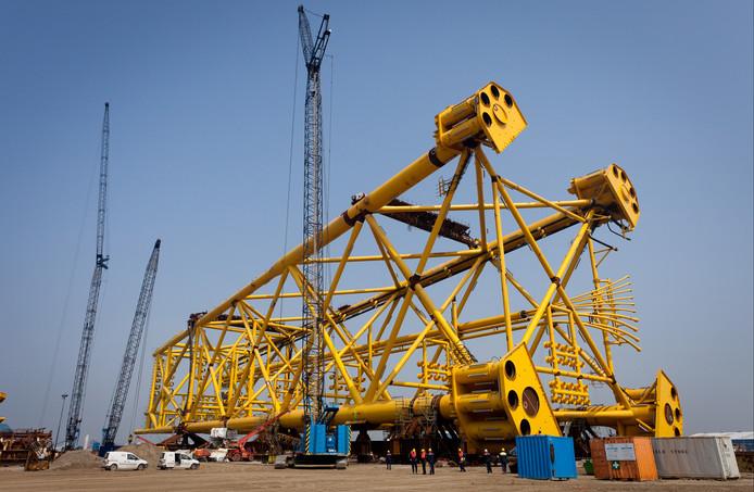 Een onderstel voor een olieplatform voordat het vanuit Vlissingen op transport gaat naar Noorwegen.