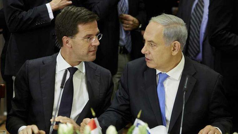 Premier Mark Rutte in gesprek mat zijn Israelische collega Benjamin Netanyahu. Rutte bezocht Israel en de Palestijnse Gebieden samen met Frans Timmermans (Buitenlandse Zaken) en Lilianne Ploumen (Buitenlandse Handel en Ontwikkelingssamenwerking). Beeld anp