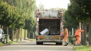Vuilniswagen rukt elektriciteitskabels boven rijweg los