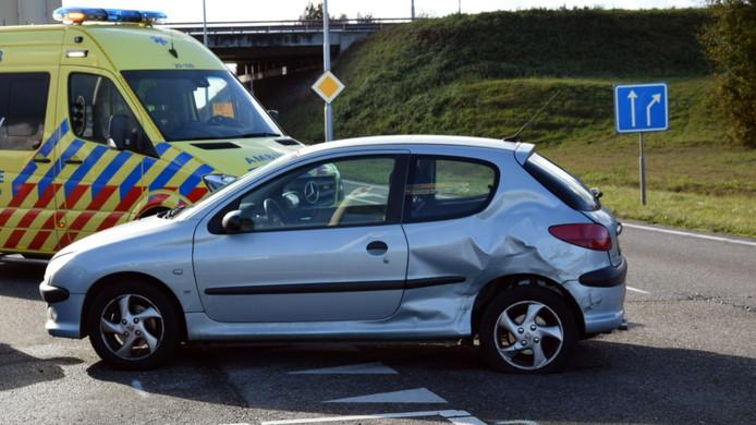 De personenwagen kwam niet ongehavend uit de aanrijding.