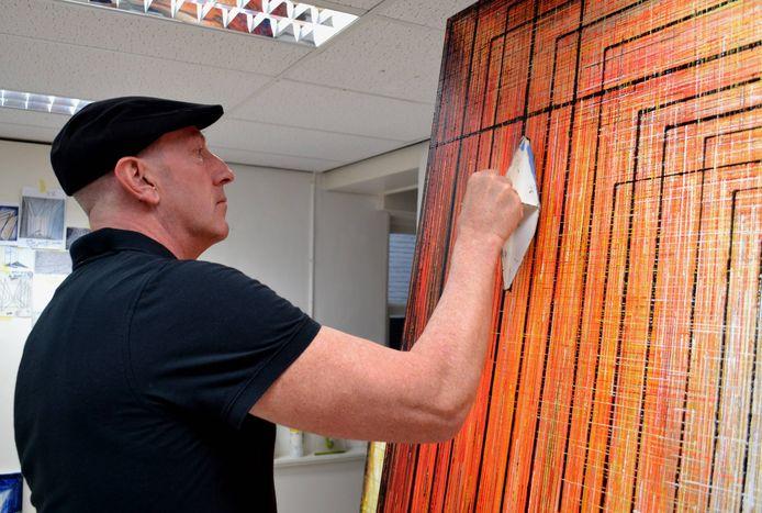 Martin Copier uit Werkendam aan het werk in zijn atelier.