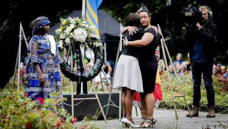 Een kranslegging bij het Nationaal Monument Slavernijverleden tijdens de nationale herdenking van de afschaffing van de slavernij in het Amsterdamse Oosterpark. Beeld anp