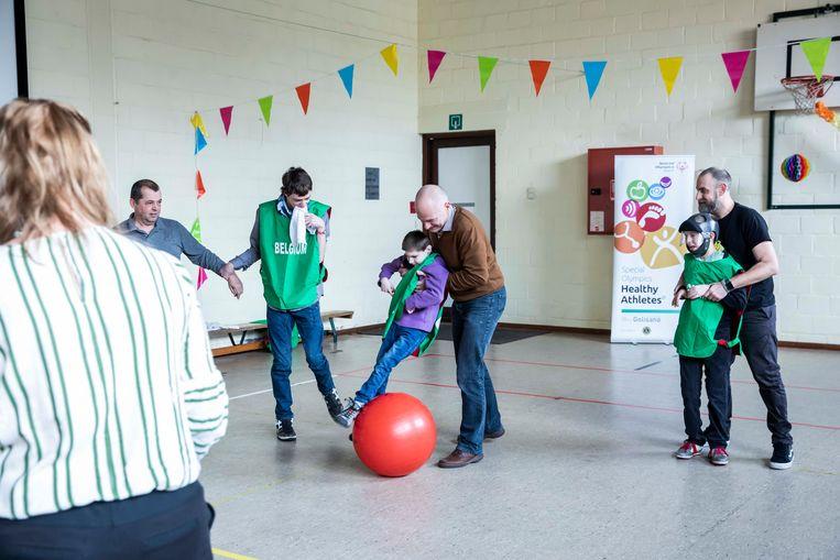 Hier beoefenen bewoners van Ter Heide een nieuwe sport: allebal.