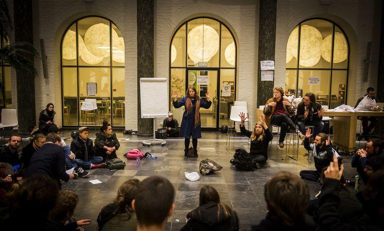 Overleg tussen de studenten in Amsterdam. Beeld anp