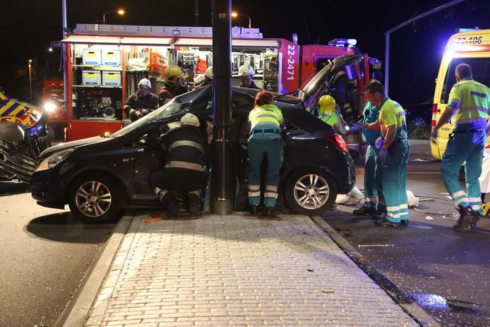 Hulpverleners bij een auto aan de Huizingalaan.