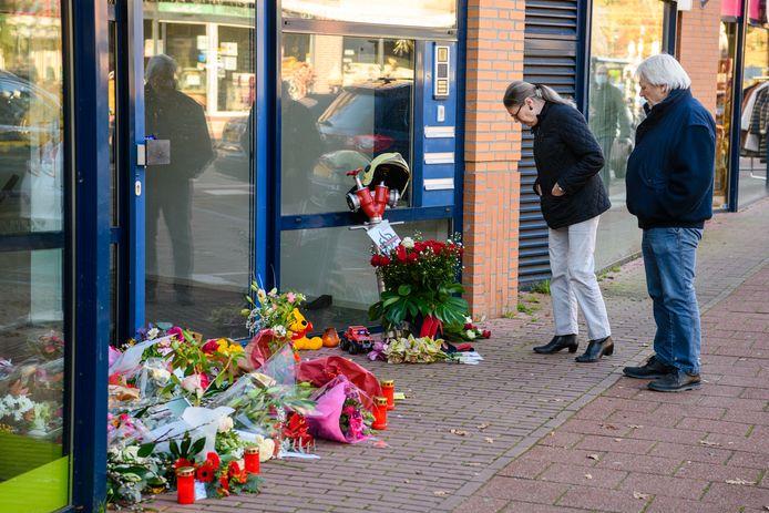 Eerbetoon op ongevalsplek in Den Dolder voor overleden brandweerman Pim van der Bruggen.
