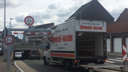 Opnieuw kleine vrachtwagen vastgereden aan spoorwegtunnel in Lichtervelde