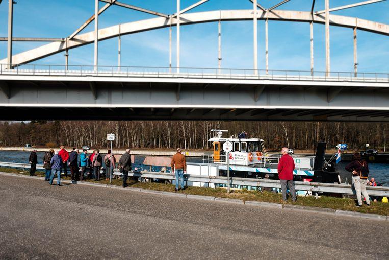 Aan het Albertkanaal ter hoogte van de brug aan de Houtlaan is vandaag voor het eerst De Waterbus aangekomen waarmee naar Antwerpen gependeld kan worden.