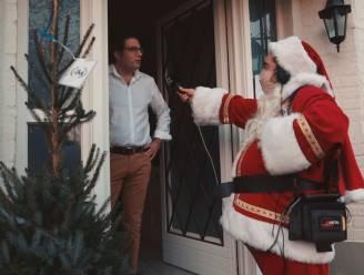 Pedro Elias verrast Denderleeuwse viroloog Steven Van  Gucht met kerstboom van lokaal tuincentrum