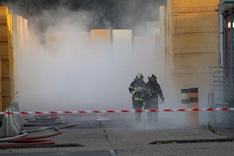 Brandweermannen aan de brand op de site.