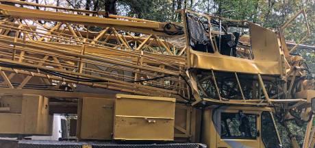 Rijdende bouwkraam ramt bomen in Hoenderloo