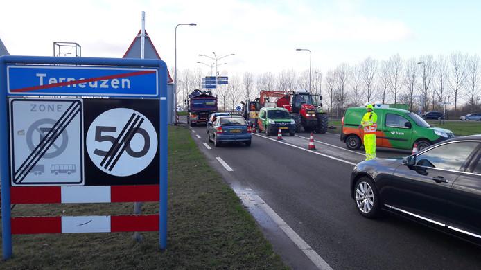 Werkzaamheden aan de weg bij de noordbrug van de Westsluis in Terneuzen.