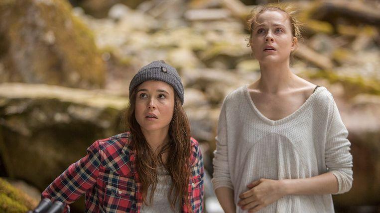 Ellen Page (links) en Evan Rachel Wood in Into the Forest.  Beeld null