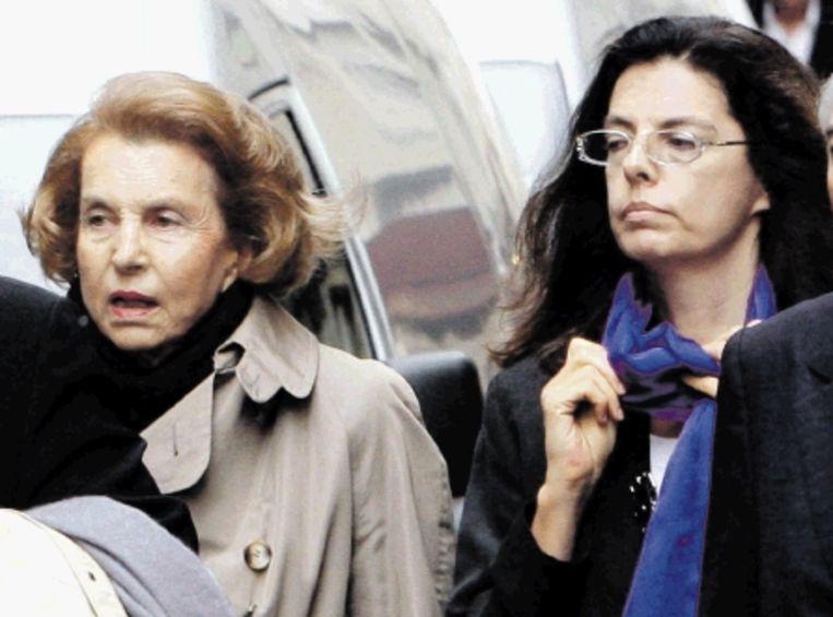 De zaak heeft geleid tot een verwijdering tussen Liliane Bettencourt (links) en haar dochter Françoise. (FOTO AFP) Beeld