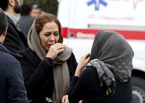 Familieleden van inzittenden zoeken huilend steun bij elkaar.