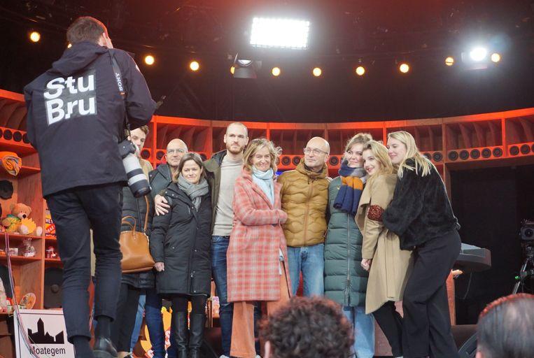 Edward (vijfde van links), artiestennaam Hoofdstroom, mocht samen met vrienden en familie van Ibe het verhaal achter zijn lied vertellen in Kortrijk.
