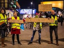 Vier 'Gele Hesjes' demonstreren voor directe democratie in Tilburg
