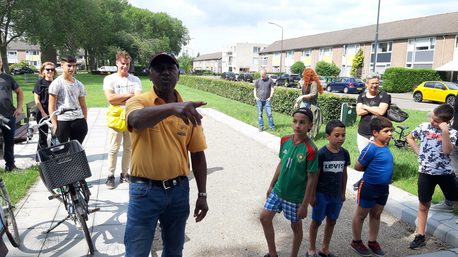 Buurtbewoner Vincent op de pas geopende jeu-de-boulesbaan in de Vlaanderenstraat in de wijk Wisselaar in Breda-Noord, waar hij het initiatief voor genomen heeft.