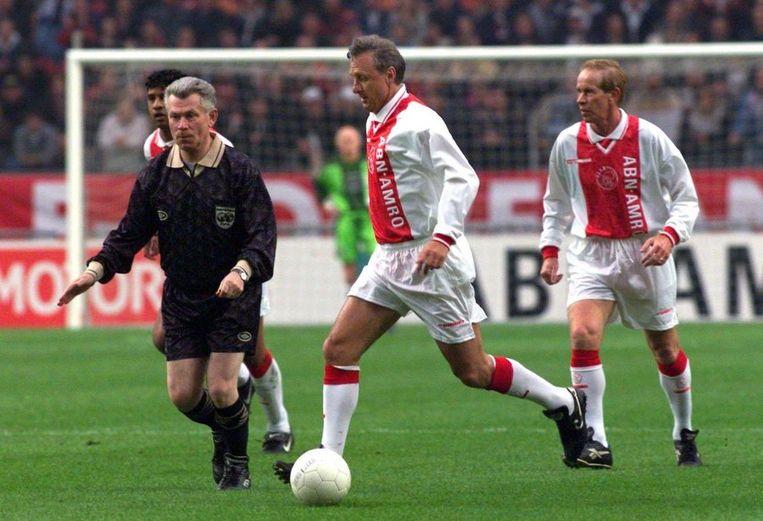 Gerrie Mühren (rechts) bij een benefietwedstrijd van Ajax in 1999 met Johan Cruijff en de ook uit Volendam afkomstige scheidsrechter Jan Keizer. Beeld anp