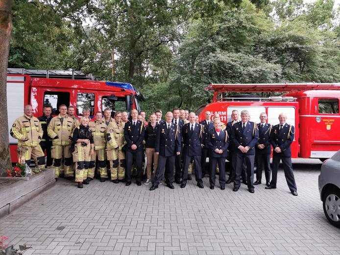 Jan Dreves uit Vroomshoop (in het midden) was 36 jaar vrijwilliger bij de Brandweer Twente.