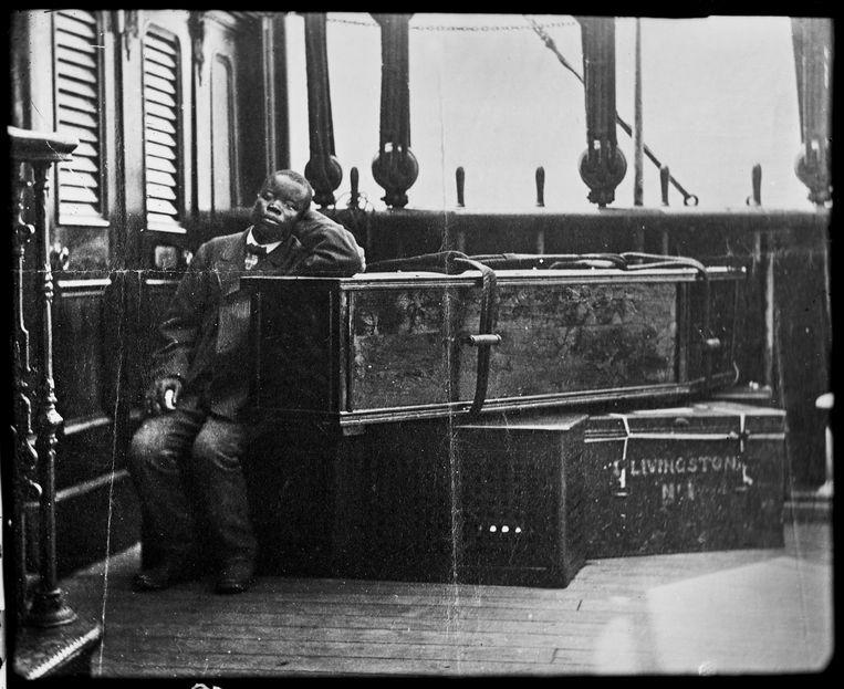 Jacob Wainwright (overleden in 1892) bij de doodskist van ontdekkingsreiziger David Livingstone (1813 - 1873) in Jemen. Beeld London Stereoscopic Company/Hulton Archive/Getty Images