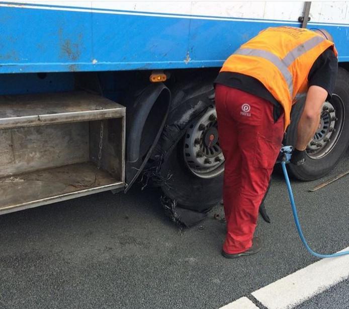 De gestrande vrachtwagen op de A73 bij Wijchen.
