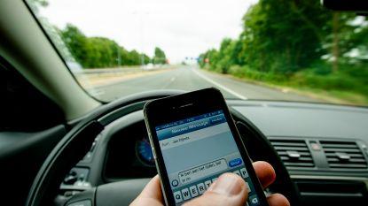 """Vier keer zoveel boetes voor sms'en achter het stuur: """"Jaarlijks minstens 30 doden op Belgische wegen"""""""