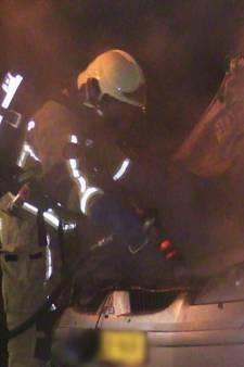 Autobrand 42 in Enschede: eigenaar ziet voor tweede keer deze maand zijn auto in vlammen opgaan