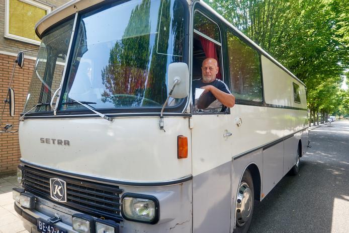 Eddy Bouwens uit Oss bezit een oude touringcar uit 1971